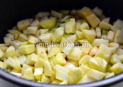 Всыпать яблоки, перемешать и готовить до окончания программы