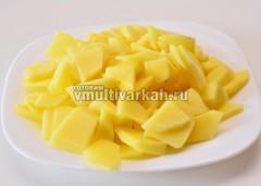 Картофель очистите и нарежьте некрупно
