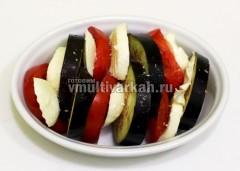 Чередуя, сложите овощи и моцареллу в форму