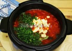 Выпустите пар, откройте крышку, добавьте соль, перец, зелень, чеснок, лавровый лист, вареные яйца
