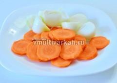 Крупно нарежьте морковь и лук