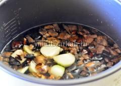 Добавьте овощи к грибам, посолите и включите режим тушение на 1 час