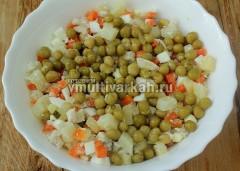 Выложите в салатник и добавьте горошек