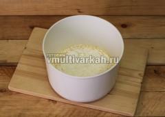 Постепенно всыпайте муку с разрыхлителем, перемешивая тесто