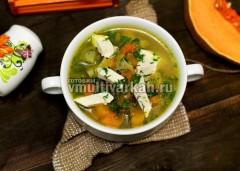 Омлет остудите, извлеките из формы и нарежьте палочками, подавайте вместе с супом