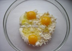 В миску выложите творог, вбейте яйца