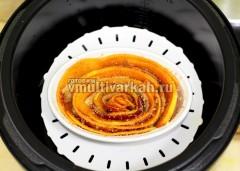 Выложите в смазанную маслом формочку по кругу, чередуя яблоки и тыкву