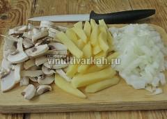 Нарежьте шампиньоны пластинами, лук кубиками, картофель соломкой