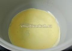 Включите режим жарка 160 градусов, нагрейте чашу с маслом, влейцте немного теста и покрутите чашу в руках, распределяя его