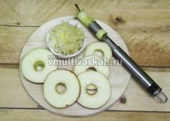 У яблока вырежьте сердцевину и нарежьте кружочками,  картофель потрите на терке