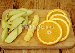 Яблоко нарежьте брусочками, апельсин и имбирь кружочками