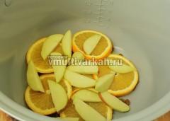 Сверху выложите фрукты