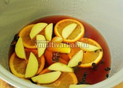 Влейте вино, добавьте мед и варите при 50 градусах 30 минут