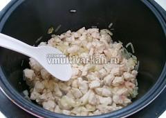 Обжарьте на растительном масле лук и филе