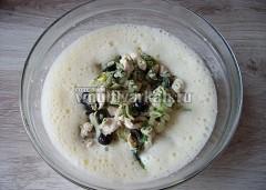 Выложите курицу с маслинами и зеленью
