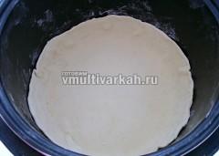 Слоеное тесто раскатайте и выложите в чашу, сделав бортики