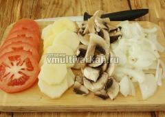 Нарежьте лук, грибы, помидоры и картофель