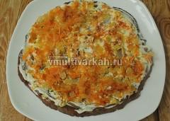 Остывший торт разрежьте на 3-4 части, каждую смажьте майонезом и переложите начинкой