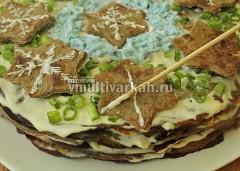 Посыпьте торт зеленым луком, по центру выложите венок из белка, разложите звездочки, нарисуйте на них майонезом снежинки