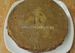 Остывший торт разрежьте на 3-4 части