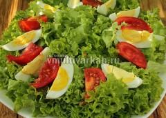 На тарелку сложите чистые порванные листья салата, помидоры и яйца