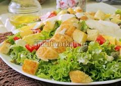 Заправьте салат соусом