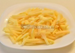 Почистите и нарежьте картошку