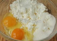 В миске соедините творог, яйца, муку и сахар