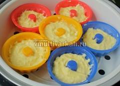 В чашу налейте теплую воду, установите корзину и выложите на нее формы с тестом