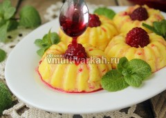 Сырники выложите на тарелку и полейте соусом