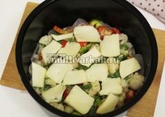 Залейте яично-сметанной заливкой и выложите сверху ломтики моцареллы