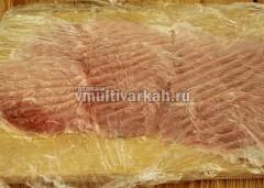 Мясо разрежьте примерно на 5 частей, отбейте в пищевой пленке