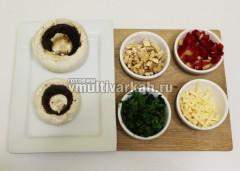 У грибов отрежьте ножки, измельчите их, нарежьте сладкий перец, зелень и вяленые помидоры, натрите сыр