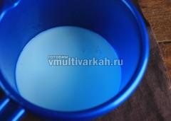 В миску налейте кефир