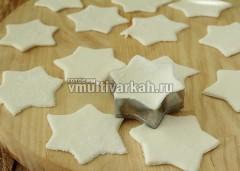 Растопите маршмелоу, постепенно добавьте сахарную пудру, замесите мастику, раскатайте и вірежьте формочками звездочки