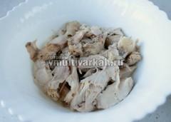Мясо отделите от костей, залейте бульоном, остудите, храните в холодильнике