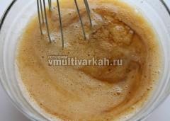 Влейте соевый соус