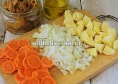 Очистите и нарежьте морковь, лук и картошку