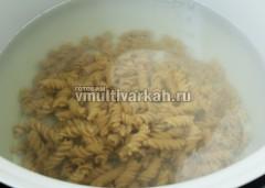 В чашу налейте горячую воду, добавьте соль, всыпьте макароны и варите 10 минут в режиме Паста