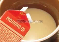 В чашу влейте молоко и воду, кусочком масла проведите по стенке чуть выше уровня жидкости