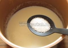 Доведите молоко до кипения в режиме варка на пару, всыпьте соль и сахар, просеянную через ситечко манку