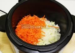 Лук и морковь обжарьте 5 минут на растительном масле