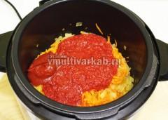 Добавьте томатную пасту и протертые помидоры, тушите 5 минут