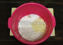 Просейте и всыпьте муку, замесите тесто, используя деревянную лопатку, затем руками