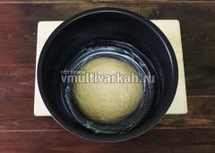 Чашу смажьте маслом, выложите хлебный шар, оставьте на 40 минут в тепле