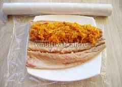 На пищевую пленку положите филе и выложите начинку