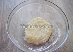 Замесить тесто, отсавить под полотенцем на 20-30 минут