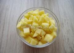 В чашу налейте воду, доведите до кипения в режиме Суп, добавьте картофель и рис