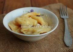 Переложите вареники в тарелку и добавьте масло