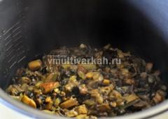 Картофель переложите в другую посуду, грибы с луком обжарьте 20 минут в режиме тушение